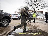 Сотрудник спецназа на месте стрельбы у супермаркета в Боулдере, штат Колорадо