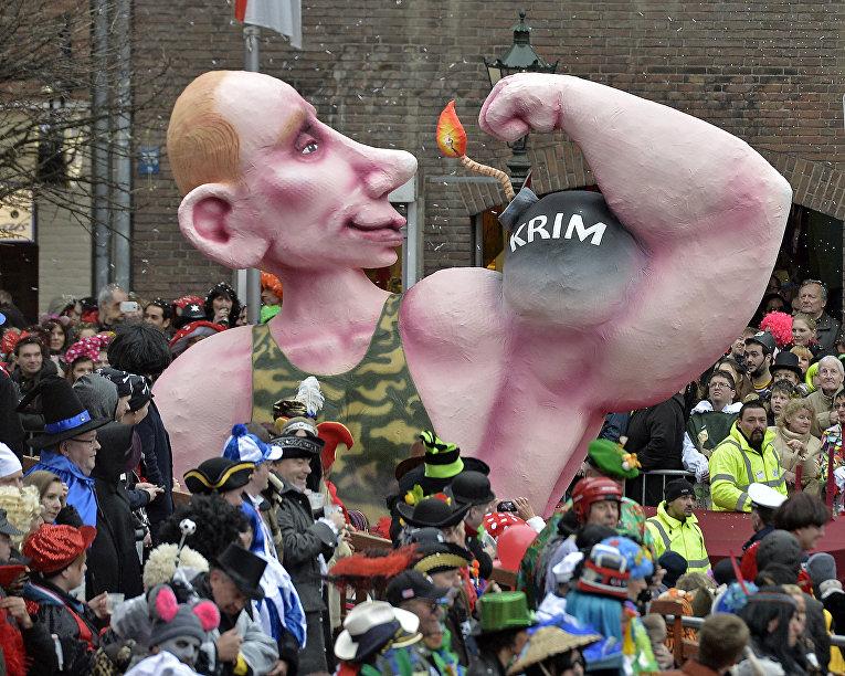 Фигура, изображающая Путина, на карнавале в Дюссельдорфе, Германия