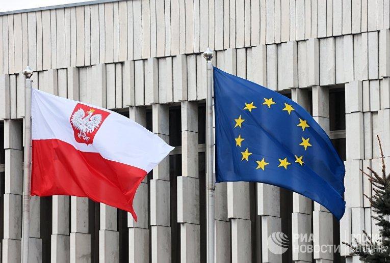 Флаги у здания посольства Польши в Москве