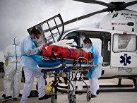Медики во время транспартировки больного коронавирусом в городе Анже, Франция