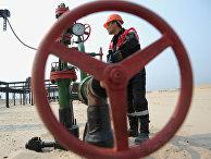 """Оператор по добыче нефти компании """"Лукойл"""" на нефтяном кусте в районе города Когалым"""
