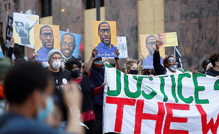 Протестующие во время судебного процесса над бывшим полицейским Дереком Шовином, которому предъявлено обвинение в убийстве Джорджа Флойда в Миннеаполисе, штат Миннесота