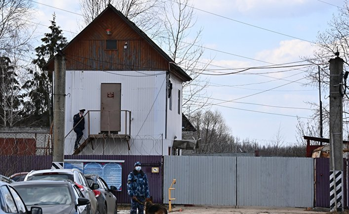 Сотрудники правоохранительных органов у исправительной колонии No 2 в городе Покрове Владимирской области