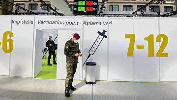 Солдат немецкого бундесвера в центре вакцинации в аэропорту Берлина, Германия