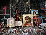 Распятия и иконы в поврежденной церкви Непорочного Зачатия в Каракоше, Ирак
