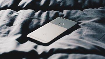 Смартфон в постели