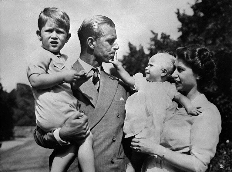 Королева Великобритании Елизавета II и ее муж принц Филипп с детьми, принцем Чарльзом и принцессой Анной