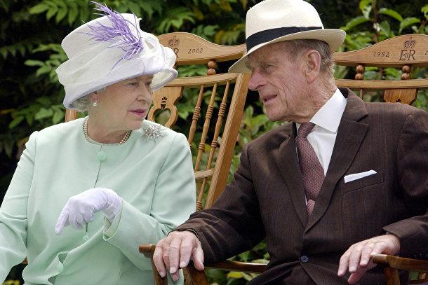 Королева Великобритании Елизавета II и принц Филипп во время музыкального представления в саду аббатства Бери-Сент-Эдмундс