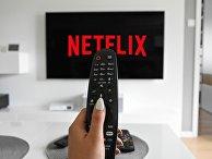 Логотип Netflix на экране телевизора