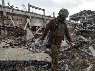 Украинский военный на линии разграничения между ДНР и Украиной под Донецком
