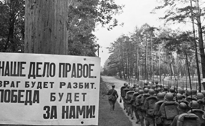 Колонны бойцов движутся на фронт