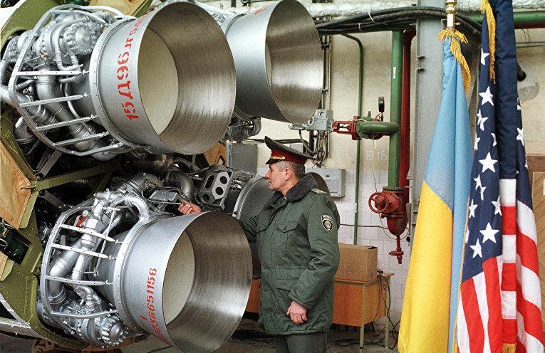 Украинский военный осматривает ядерную ракету перед демонтажем, Днепропетровск, Украина
