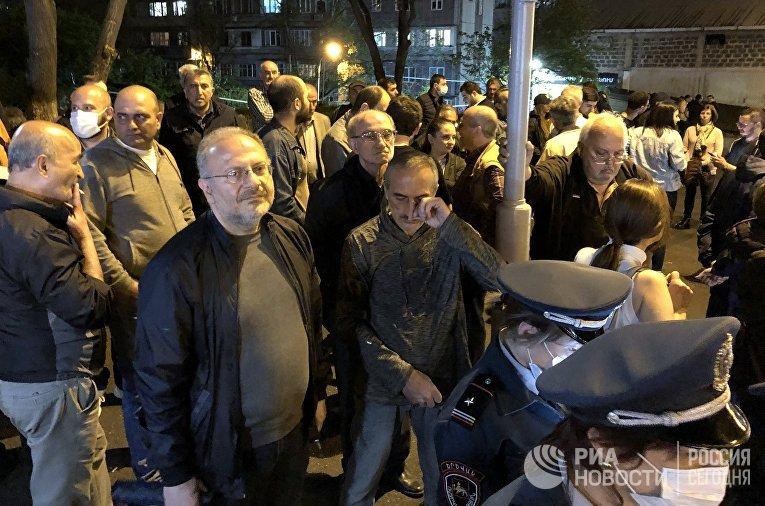 Противники Н. Пашиняна пикетируют правительственные дачи