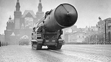 Ракетный комплекс войск стратегического назначения проходит по Красной площади