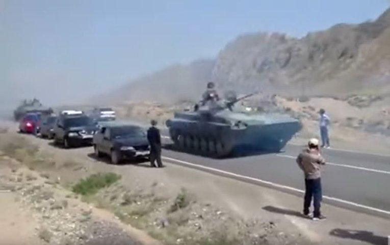 Бронетехника на границе Таджикистана и Киргизии