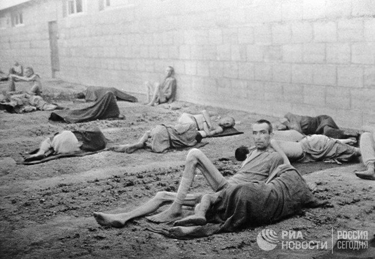 Узники немецкого концлагеря во время Второй мировой войны
