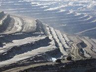 Открытый карьер угольного разреза Эльгинского месторождения.