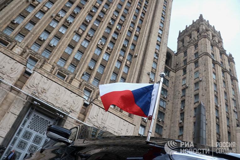 Флаг на автомобиле посла Чехии в РФ возле здания МИД РФ в Москве