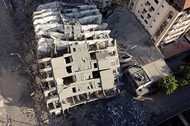 Здание, разрушенное в результате израильских авиаударов в городе Газа