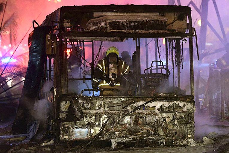 Сгоревший в результате ракетного обстрела автобус в городе Холон в пригороде Тель-Авива
