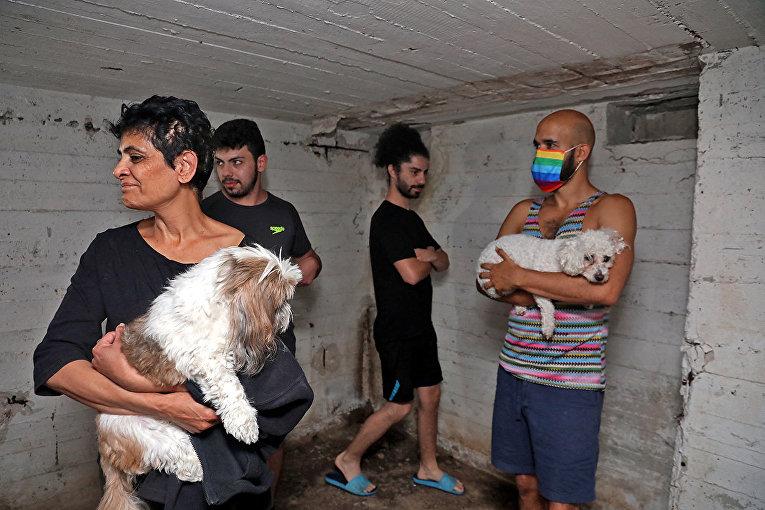 Люди спасаются в подвале здания в Тель-Авиве