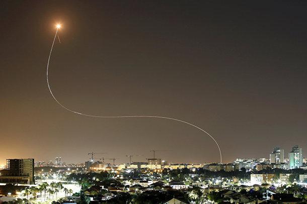 Израильская противоракетная система «Железный купол» перехватывает ракеты, запущенные из сектора Газа в сторону Израиля в Ашкелоне