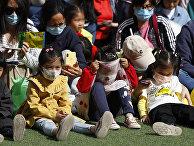 Дети на концерте в честь первомайских праздников в Пекине