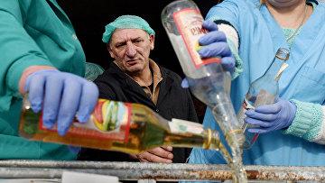 Уничтожение фальсифицированной водки в городе Винники, Украина