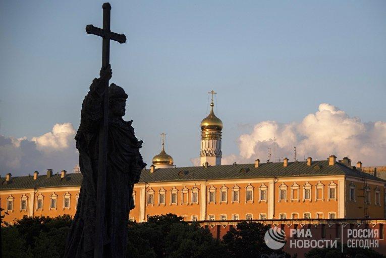 Памятник святого князя Владимира на Боровицком холме в Москве
