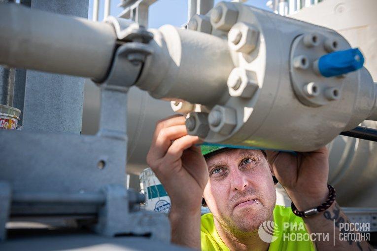 Специалист работает натерритории газораспределительного центра магистрального газопровода «Северный поток— 2» вгороде Лубмин вГермании