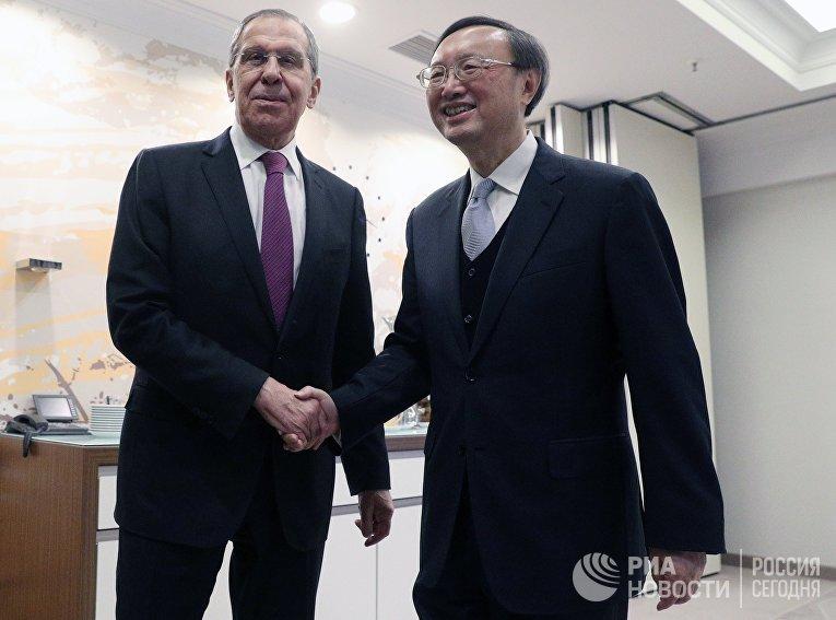 Министр иностранных дел РФ Сергей Лавров и член Политбюро ЦК КПК Ян Цзечи