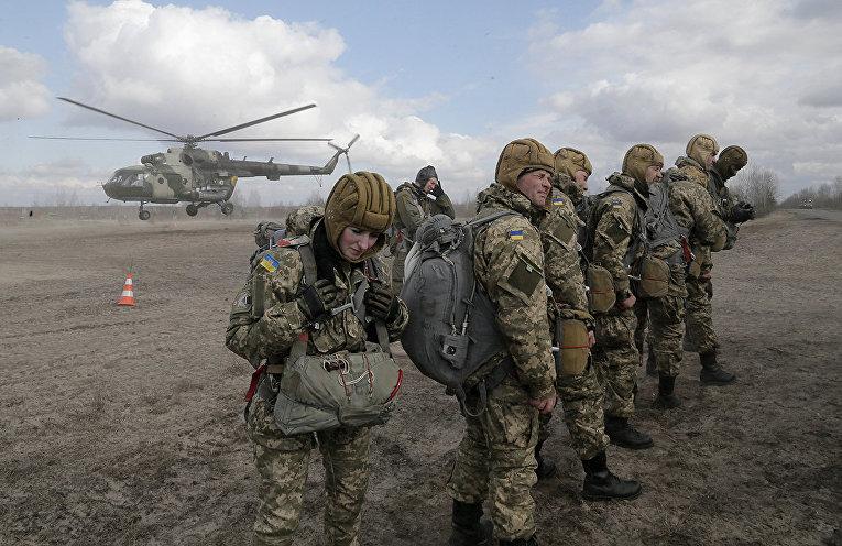 Солдаты украинской армии вр время военных учений на полигоне под Житомиром