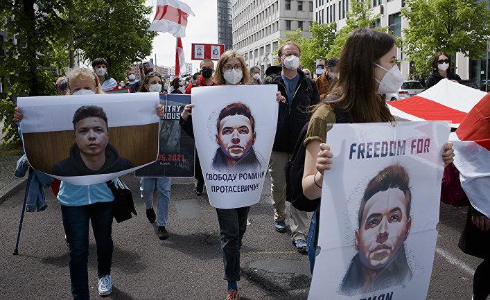 Участники демонстрации в Берлине