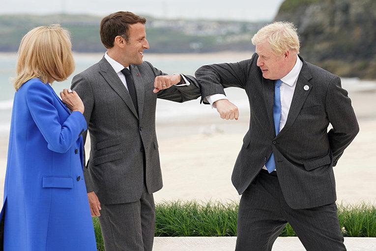 Премьер-министр Великобритании Борис Джонсон приветствует президента Франции Эммануэля Макрона