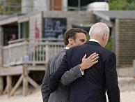 Президент США Джо Байден беседует с президентом Франции Эммануэлем Макроном