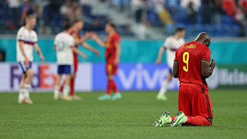 Игрок сборной Бельгии Ромелу Лукаку стоит на коленях во время матча с Россией в Санкт-Петербурге