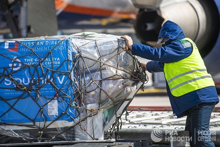"""Разгрузка партии российской вакцины от коронавируса """"Спутник V"""" в аэропорту"""
