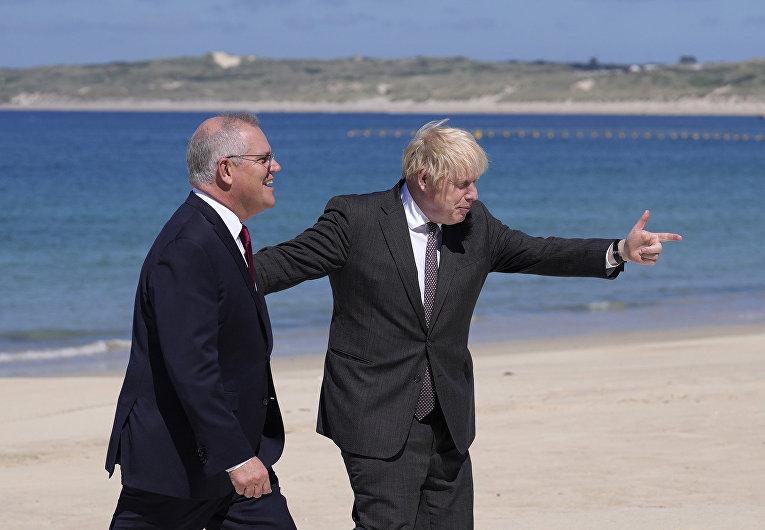 Премьер-министр Великобритании Борис Джонсон и премьер-министр Австралии Скотт Моррисон во время прибытия на встречу G7 в Корнуолле