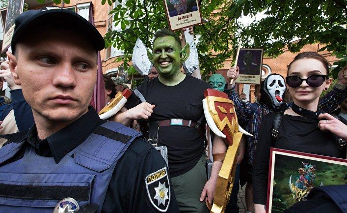 Участники флешмоба держат портреты героев компьютерной игры World ofWarcraft вКиеве вовремя акции «Бессмертный полк»