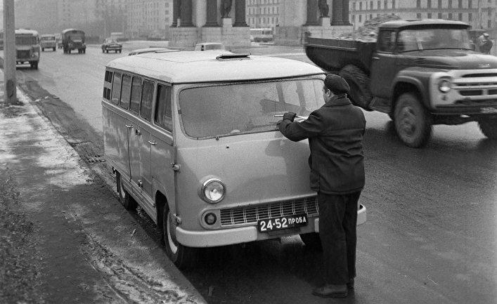 Электромобиль (сделан на базе фургона ЕрАЗ-762 Ереванского автомобильного завода)