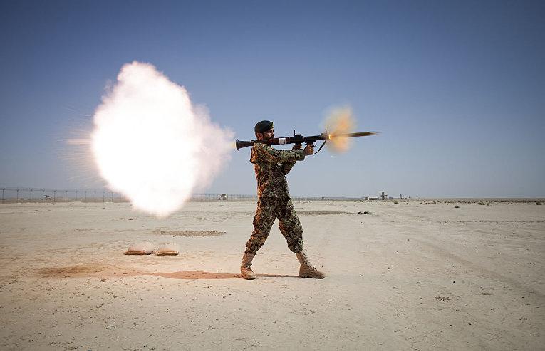 Солдат стреляет из РПГ-7 во время боевой тренировки в Афганистане