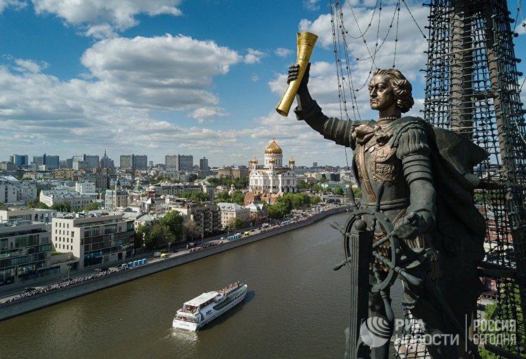 Памятник «В ознаменование 300-летия российского флота» (Петру I) работы Зураба Церетели в Москве