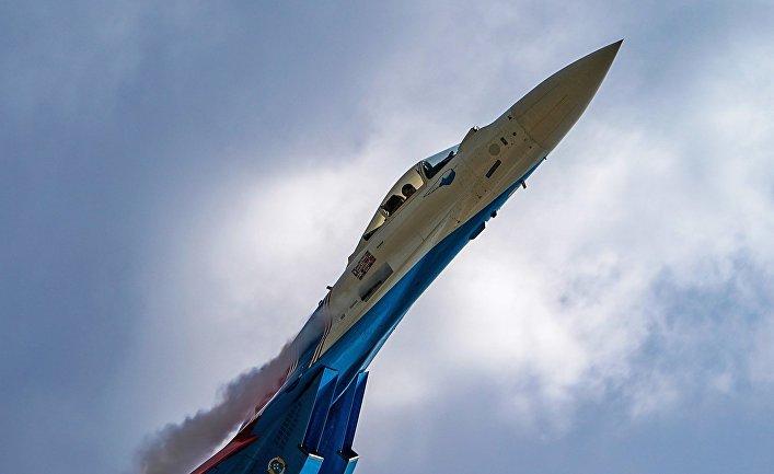 Истребитель Су-35С выполняет демонстрационный полет