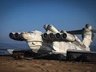 """Советский ракетный экраноплан """"Лунь"""" на побережье Каспийского моря"""