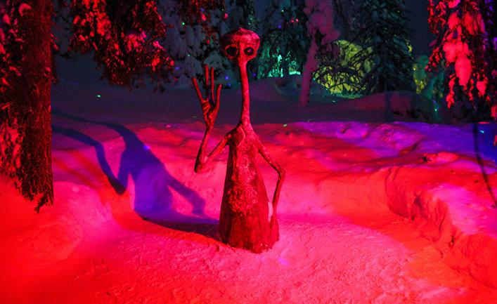 Фигура инопланетянина на территории арт-парка «Таинственный лес» в Кировске