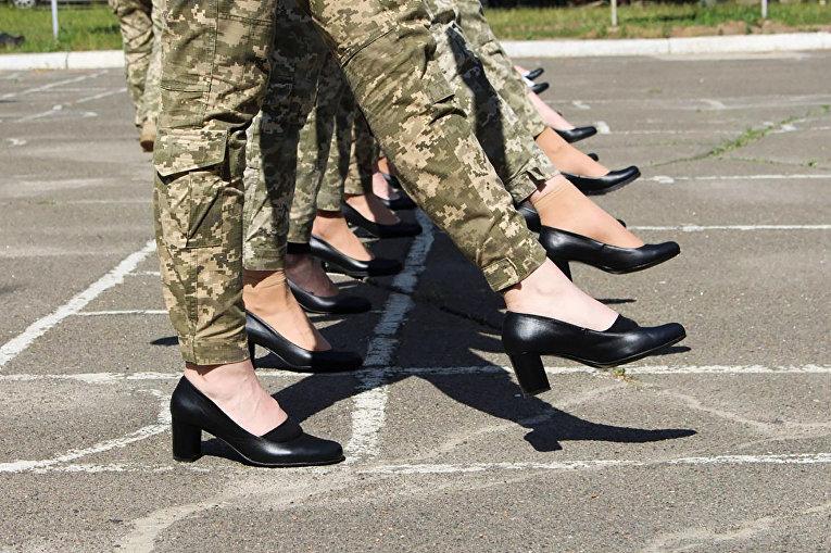 Украинские женщины-военнослужащие готовятся к параду