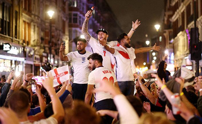 Британский фанаты празднуют победу в матче сборной Англии против Бельгии