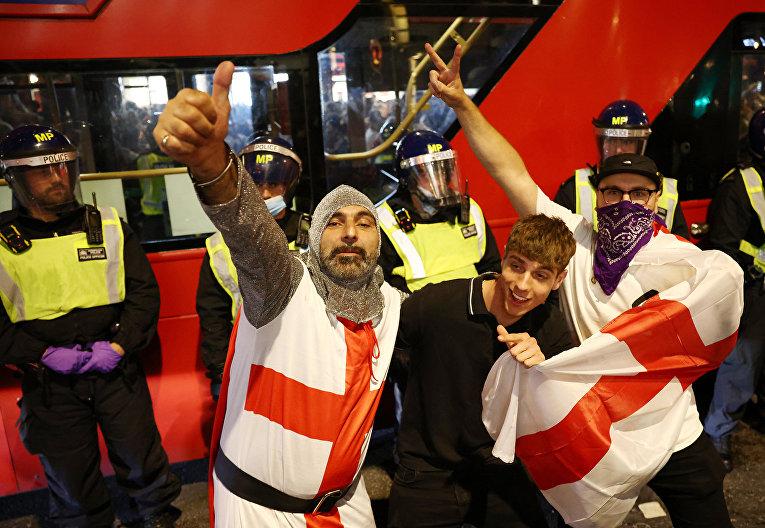 Британские фанаты празднуют победу своей сборной