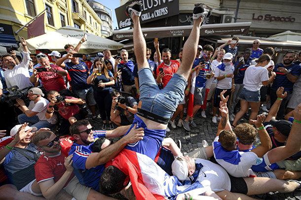 Французские болельщики в Бухаресте