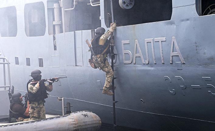 Военнослужащие сил специальных операций ВМС Украины во время военных учений Sea Breeze 2021 в порту Одессы, Украина